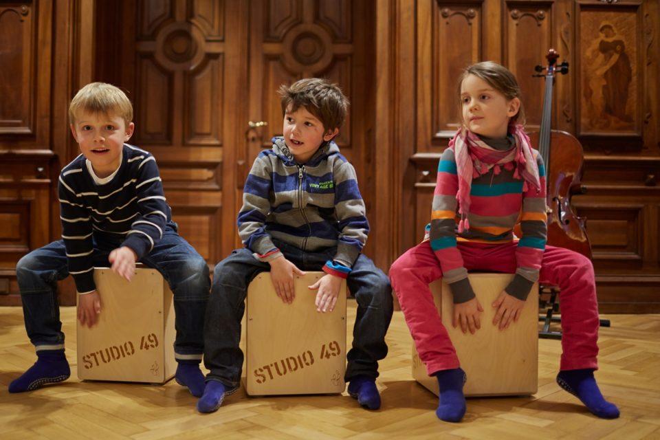 Kinder auf Cajóns im Toccarion