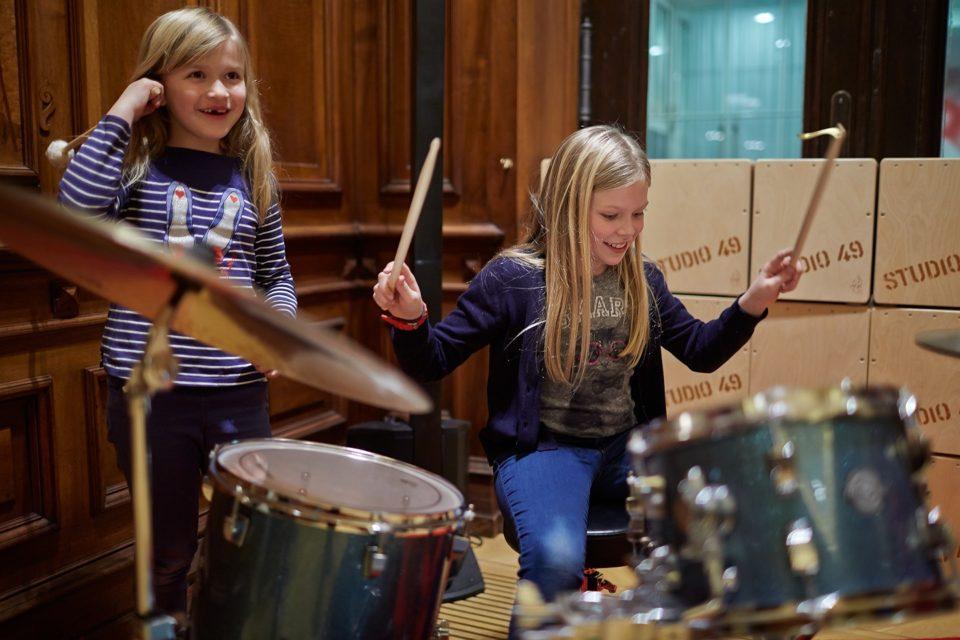 Ein Kind am Schlagzeug im Toccarion