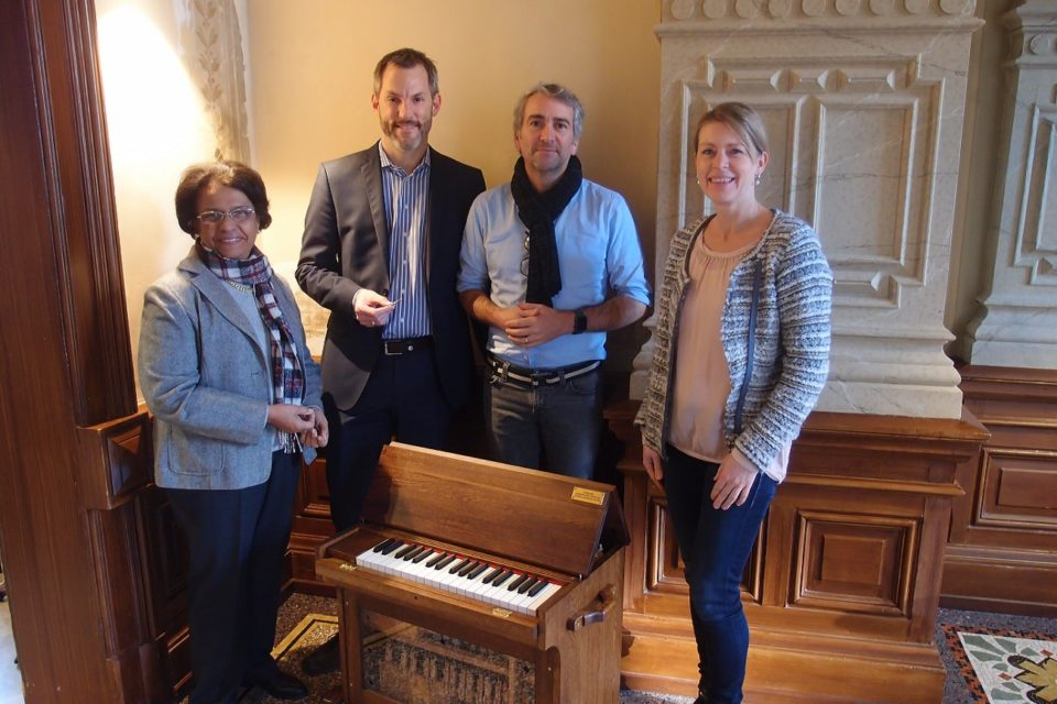 Die Schiedmayer-Stiftung übergibt eine Celestina an das Toccarion