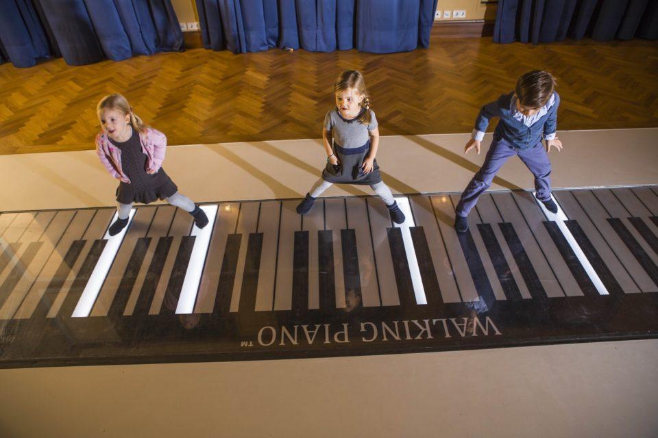 Kinder auf dem Walking Piano im Toccarion