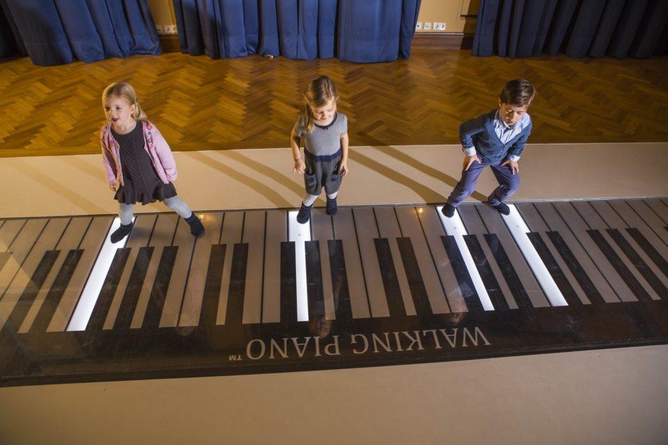 Kinder auf dem Walking Piano des Toccarion